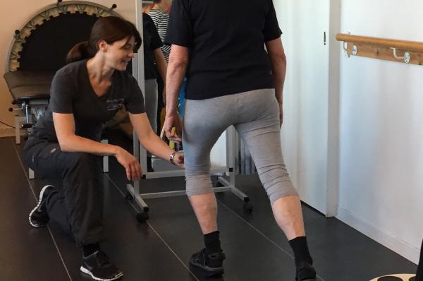 Træning med GLA:D behandling ved fysioterapeut Sonja Flensburg