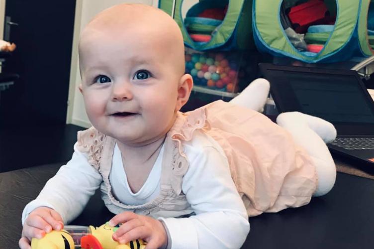 Baby der med træning fik forbedret sin motorik og lærte at ligge på maven
