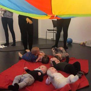 Babytummel er god motorisk træning for børn