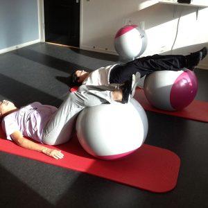 På balancehold laves øvelser på gulv og terapibold