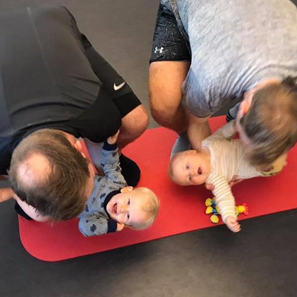 God træning til far og dit barn styrker sin motoriske udvikling